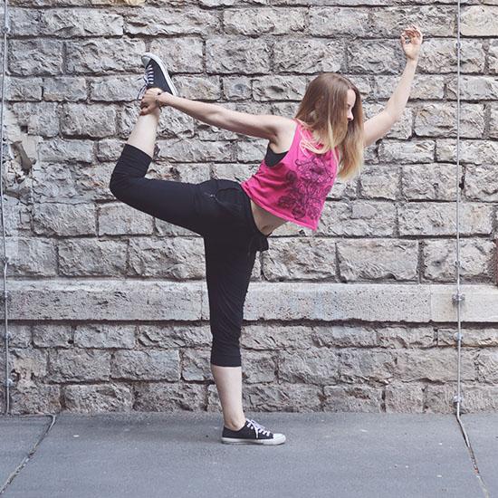Yogapose vor der Wand