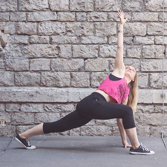 Yoga an Hauswand